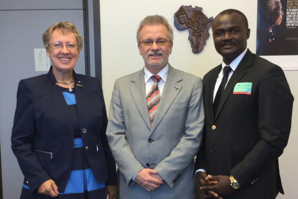 Margret Kopp (Vorstandsvorsitzende Aktion PiT - Togohilfe e.V.), Michael Gahler (MdEP), Dr. Michel Kodom (Gründungspräsident Aimes-Afrique)